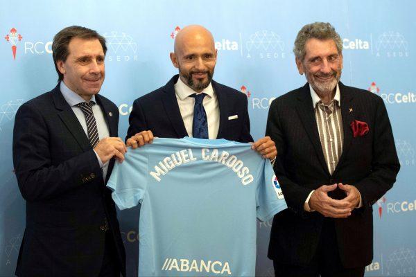 GRAF7747. VIGO (PONTEVEDRA) (ESPAÑA), 13/11/2018.- El entrenador portugués Miguel Cardoso (c), ha fichado con el celta de Vigo, acompañado de Carlos Mouriño (d) y Felipe miñanbres (i).- EFE/Salvador Sas