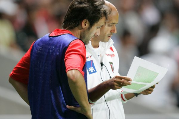 Giving instructions to Diogo Valente before entering a game - SC Braga
